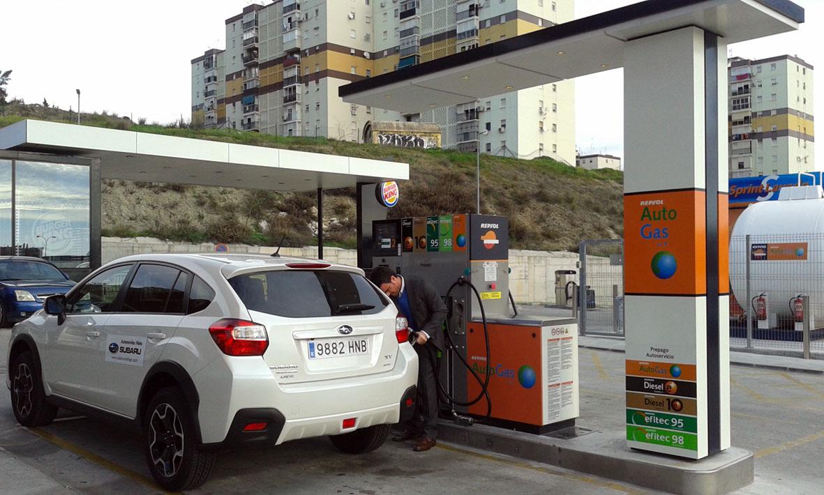 Subaru XV Bifuel repostando Gas GLP en una gasolinera en Málaga.