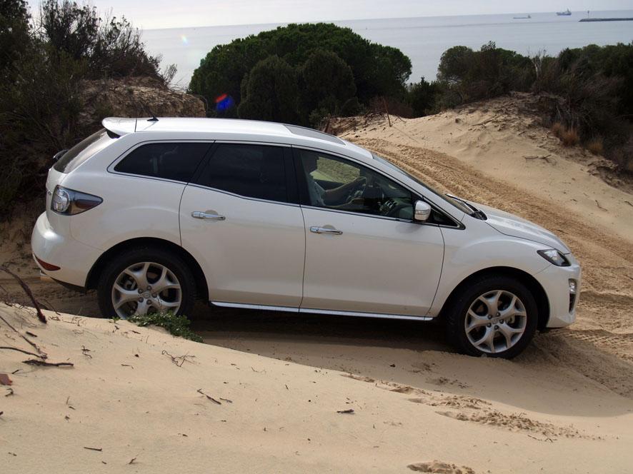 Mazda CX-7 en duna de arena