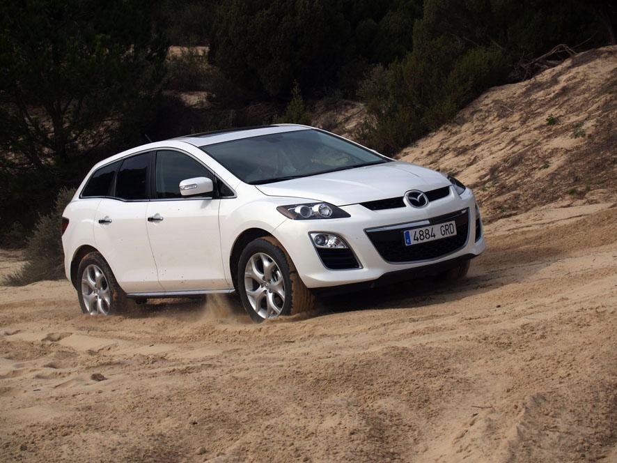 Mazda CX-7 blanco en arena.