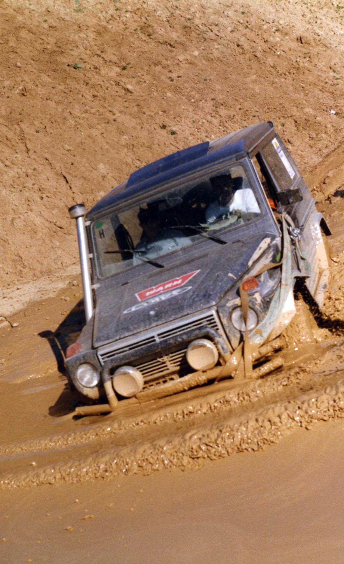 Mercedes G superando una poza de barro