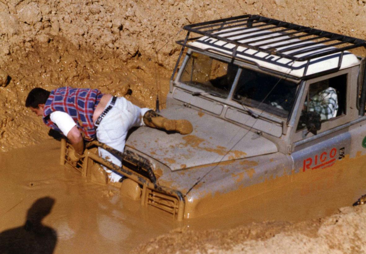 Land Rover Pikc-Up de Talleres Rico (Antequera) esperando ayuda externa