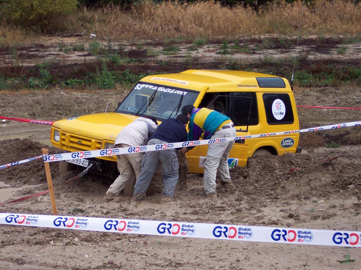 Land Rover Discovery atascado en el barro en la disputa de la prólogo del Raid Maroc 2003