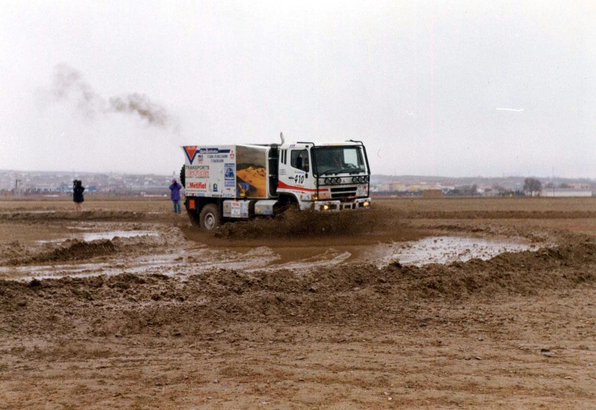 Los camiones se tuvieron que emplear a fondo con el barro