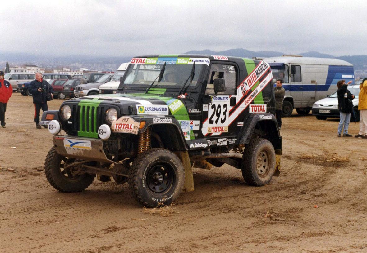 Espectacular Jeep Wrangler esperando la salida en la etapa prólogo del Rally Granda Dakar 1999