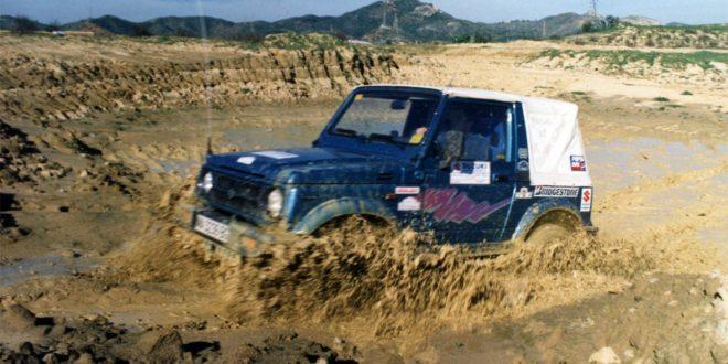 Suzuki Samurai cruzando una poza de barro