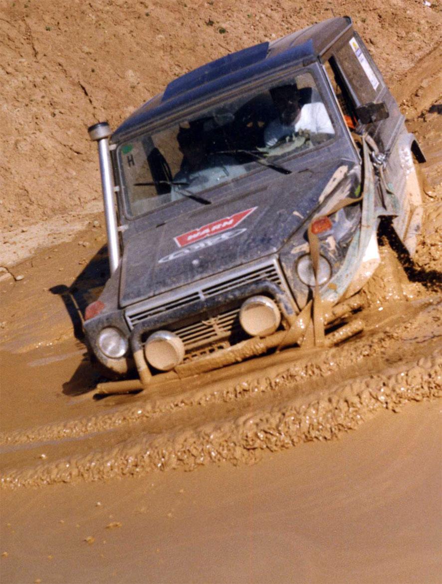 Mercedes G evolucionando en una poza de barro blando