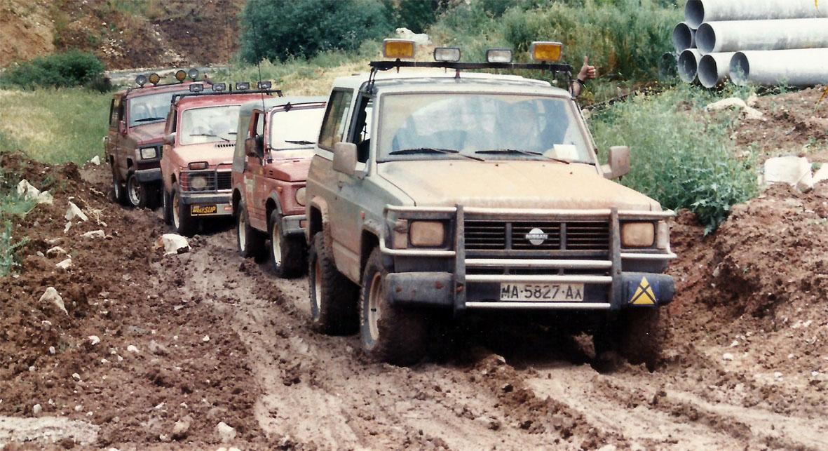 Caravana de vehículos 4x4 en una rampa de barro superficial
