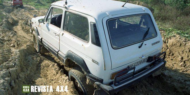 Lada Niva 4x4 blanco atascado en barro