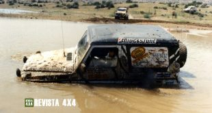 Mercedes Clase G atascado en barro y agua