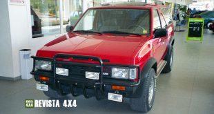 Nissan Terrano I de color rojo en concesionario