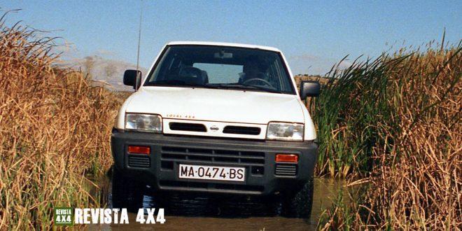 Nissan Terrano II en una zona de barro y agua