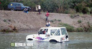 Suzuki Samurai 4×4 atascado en río esperando ayuda