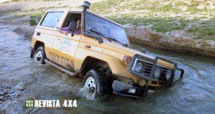 Toyota Land Cruiser BJ-73 Camel Trophy vadeando río