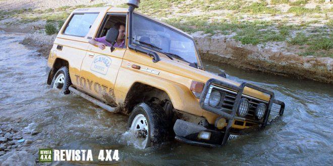 Toyota BJ 73 color Camel vadeando un río