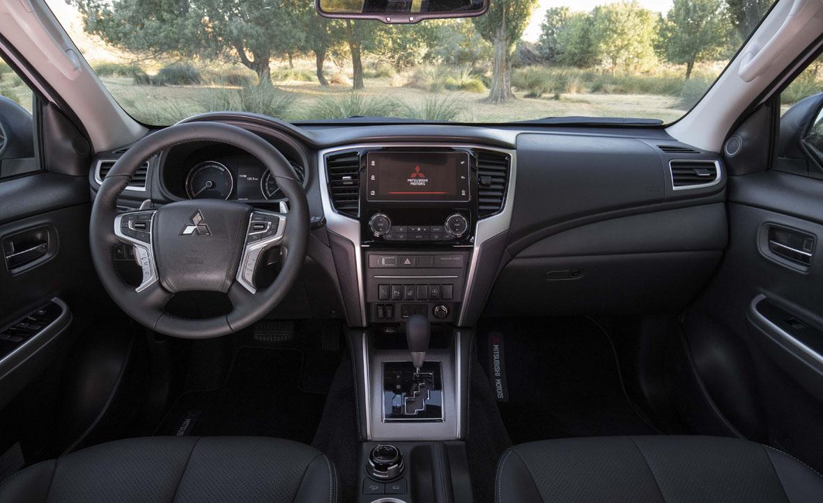 Aspecto interior del nuevo Mitsubishi L200 con cambio automático de 6 velocidades y levas en el volante.