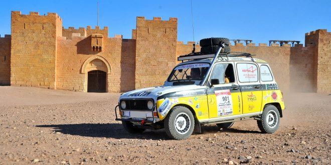 Renault 4 en un Rally de Clásicos en el desierto de Marruecos.