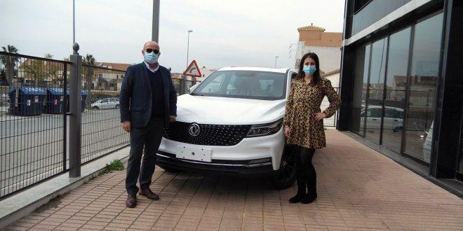 Manuel Cámara, jefe de ventas DFSK Málaga, y, Judith Gómez, directora comercial de El Sanatorio del 4x4, junto al nuevo DFSK F5.
