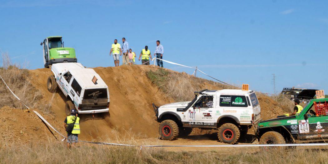Vehículos esperan para subir una rampa en la última prueba del CAEX 4x4.